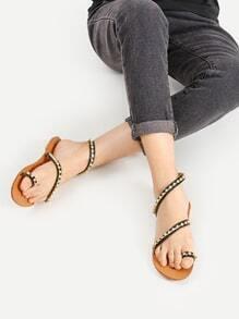 Sandalias planas con adornos de pedrería con anillo en el dedo