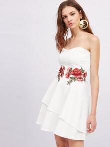 Kleid mit symmetrischer Applikation