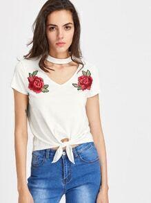 T-Shirt mit Rosestickereien, Knoten und Choker